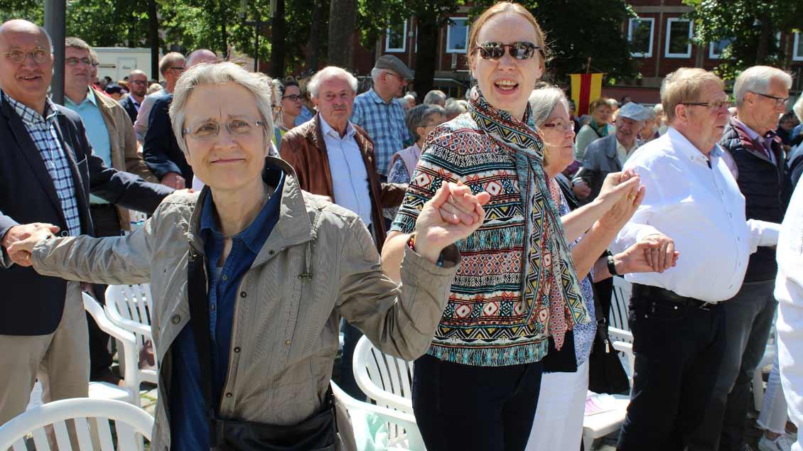 Fröhlicher Friedensgruß beim ökumenischen Fest. | Foto: Annette Saal