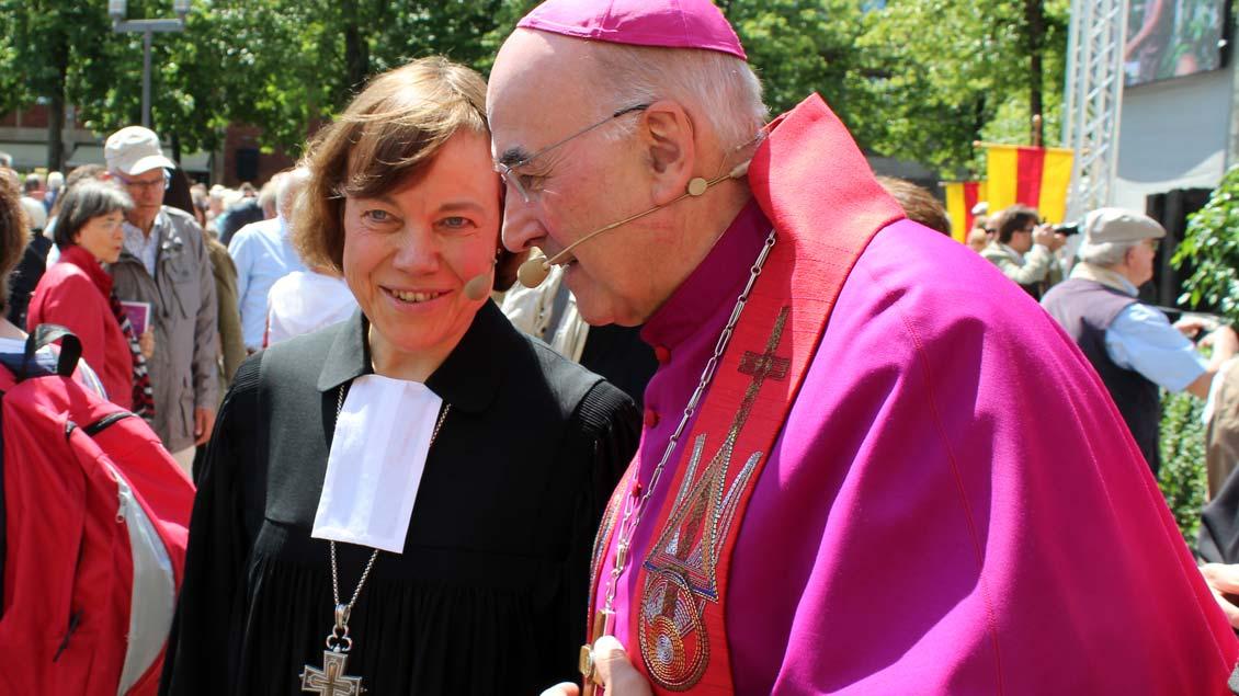 Präses Annette Kurschus und Bischof Felix Genn im ökumenisch-geschwisterlichen Gespräch. | Foto: Annette Saal