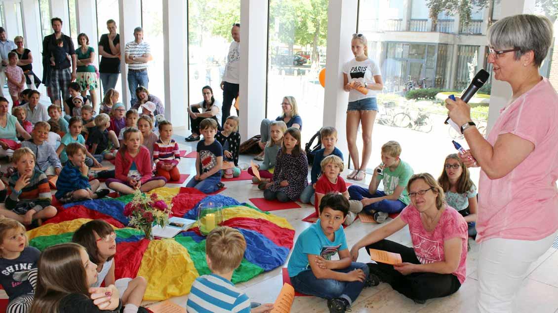 Für die jüngeren Besucher bot Religionspädagogin Barbara Lipperheide eine Kinderkirche an. | Foto: Annette Saal