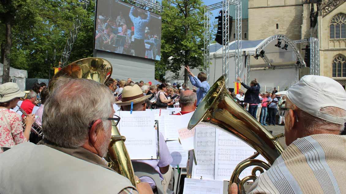 Die vereinigten Posaunenchöre des Kirchenkreises Münster unter Leitung von Landesposaunenwart Daniel Salinga unterstützten den Gesang. | Foto: Annette Saal