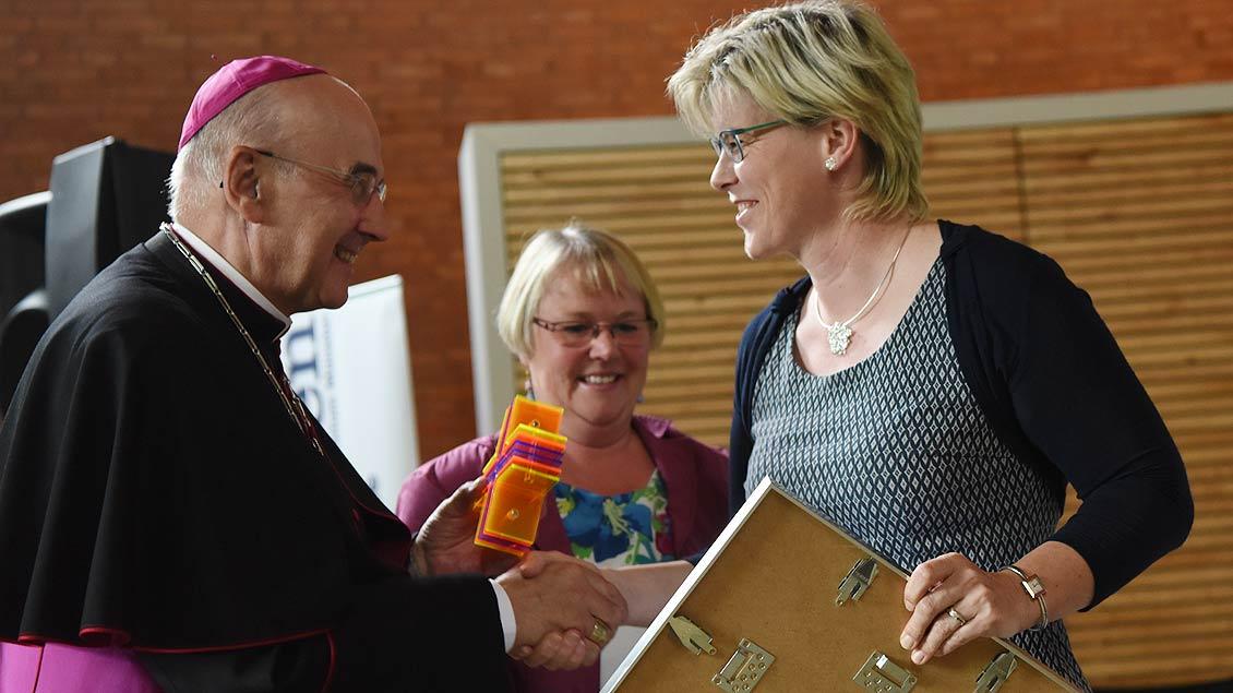 Herzlichen Glückwunsch! Bischof Felix Genn gratuliert der Siegerin, Gerburgis Sommer. | Foto: Michael Bönte
