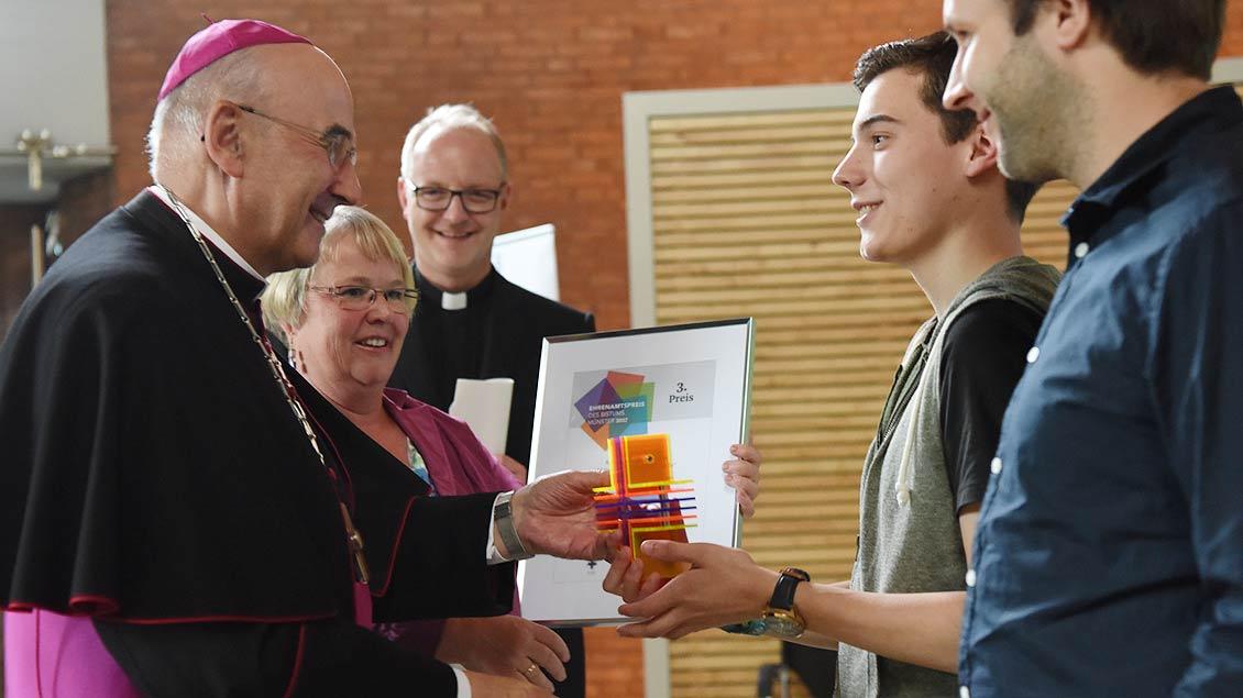 Die KJG von St. Marien ind Ochtrup nimmt den Preis für den dritten Platz entgegen. | Foto: Michael Bönte