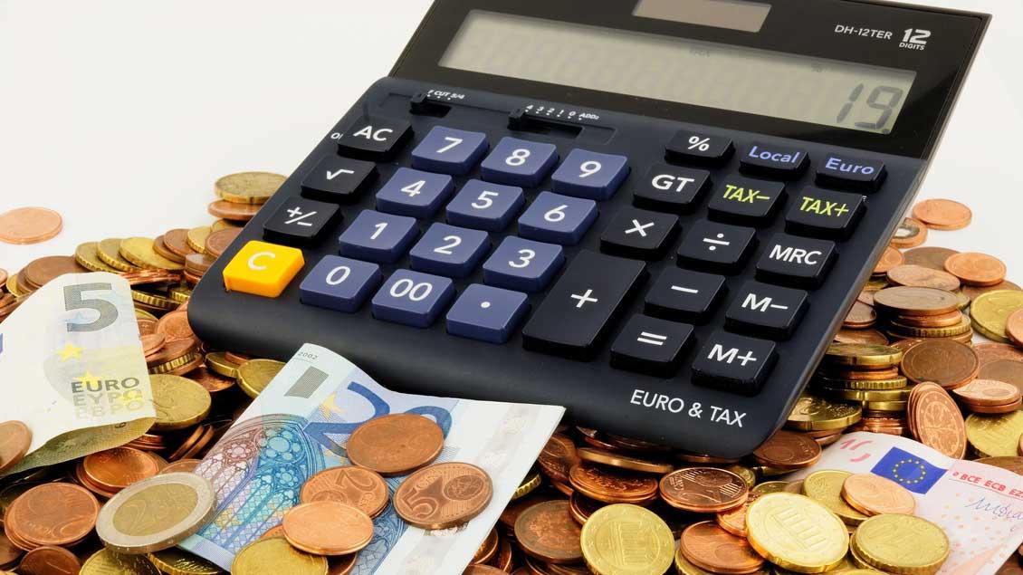Taschenrechner und Geld.