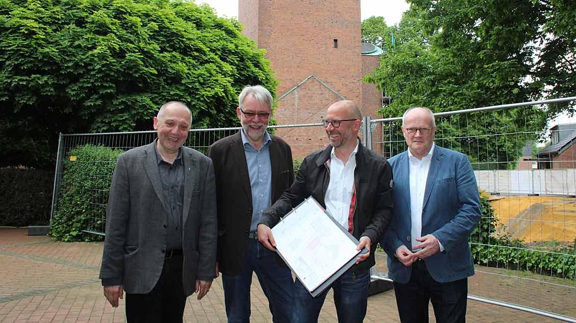 Dechant Ulrich Franke, FBS-Leiter Michael Oetterer, Architekt Christian Kuckert und Kreisdechant Jürgen Quante (von links) freuen sich über den Start der Bauarbeiten.