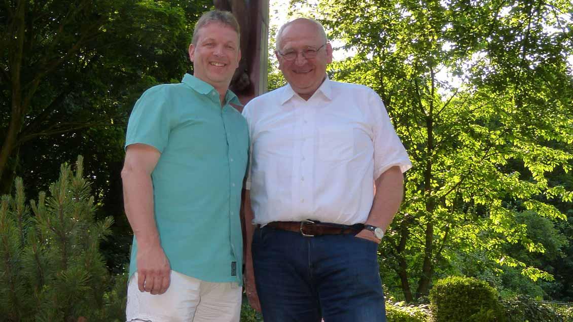 Ludger Ochtrup vom Pfarreirat und Pfarrer Heinz-Josef Moeller aus Voerde
