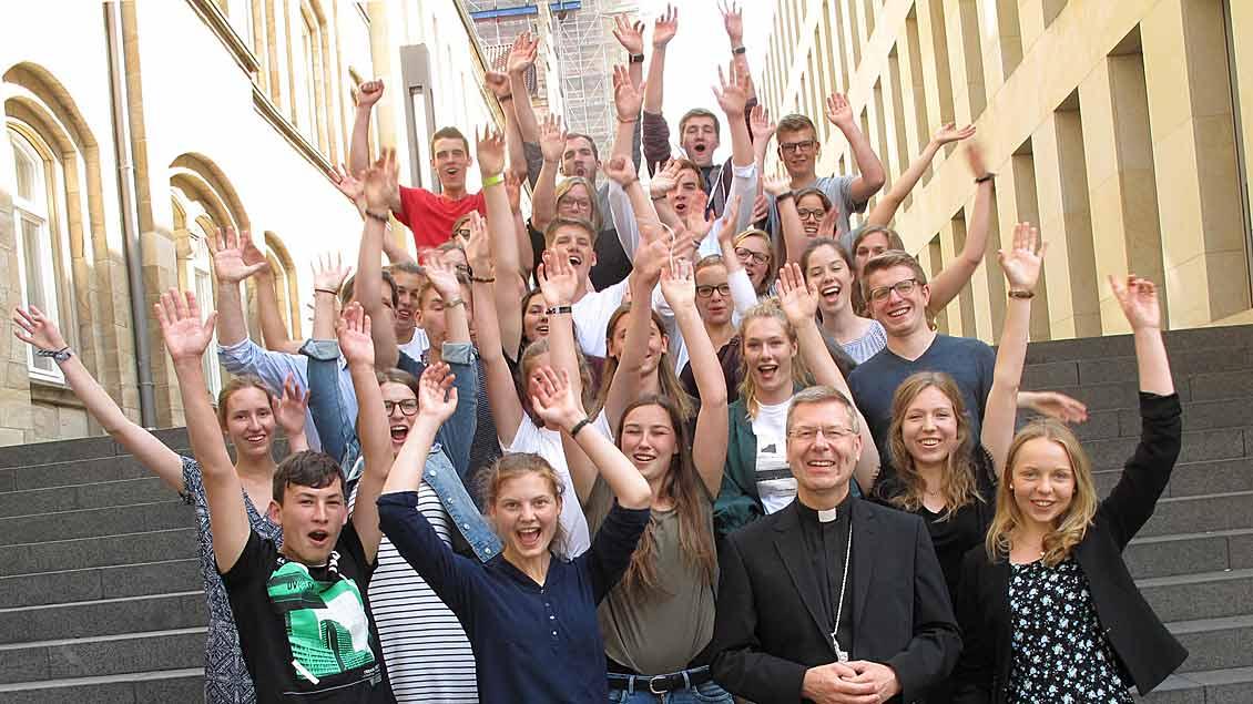 Die diesjährigen Auslandsfreiwilligen des Bistums Münster mit Weihbischof Stefan Zekorn.
