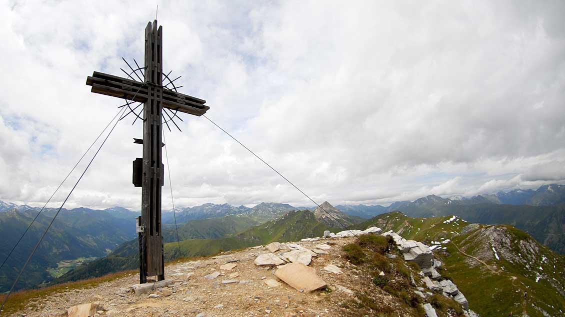 Gipfelkreuz in den österreichen Alpen im Lungau.