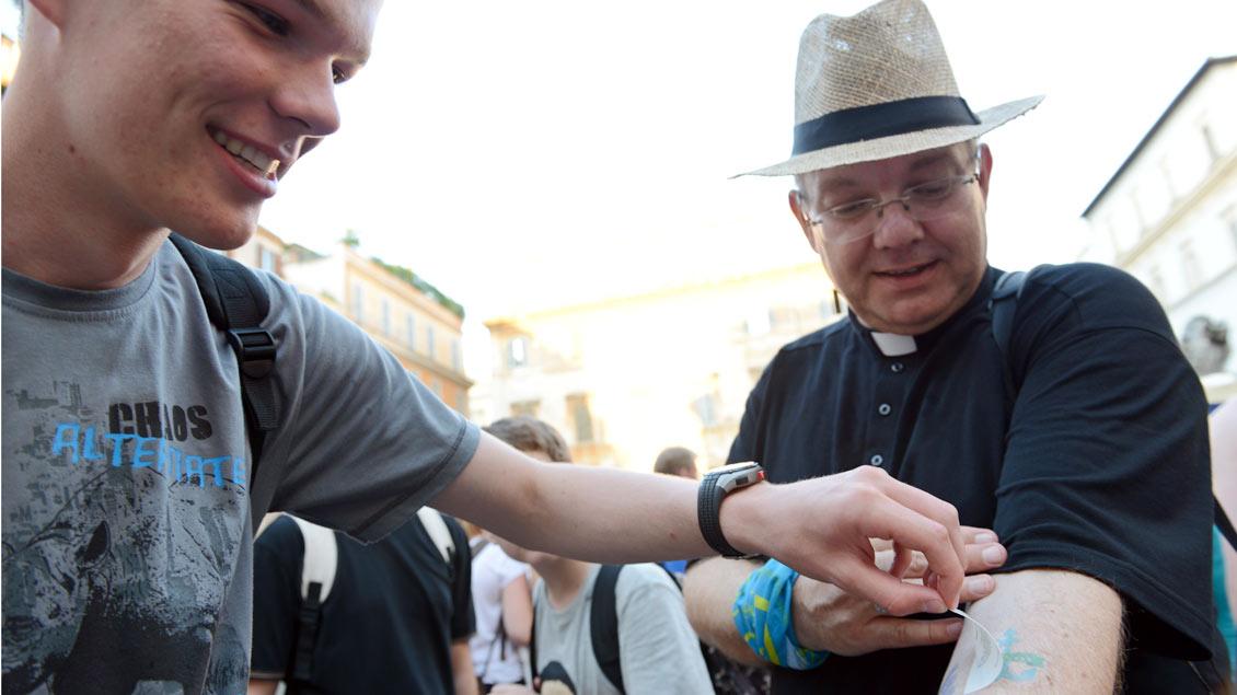 Keine Berührungsängste: Münsters Weihbischof Christoph Hegge (rechts) bei der Ministrantenwallfahrt 2014 nach Rom. Hegge gehört zur Jugendkommission der Deutschen Bischofskonferenz.