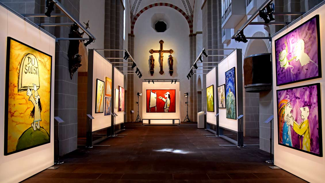 """Blick in die Ausstellung """"Zehn Gebote"""" von Udo Lindenberg in der Paderborner Gaukirche."""