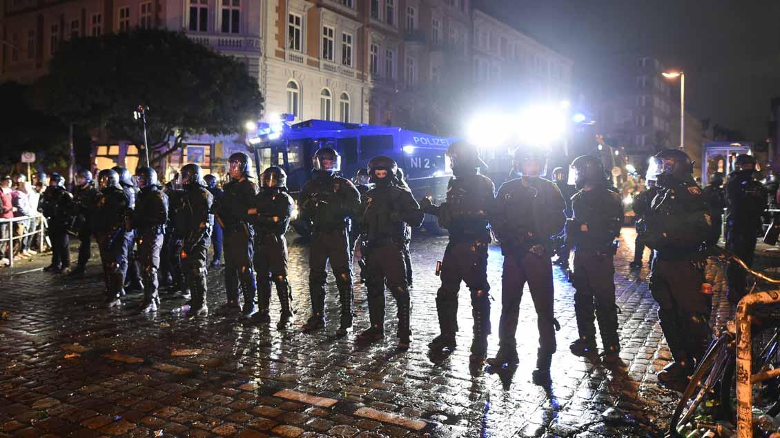 Eine Absperrkette der Polizei im Schanzenviertel während des G20-Gipfels in Hamburg.