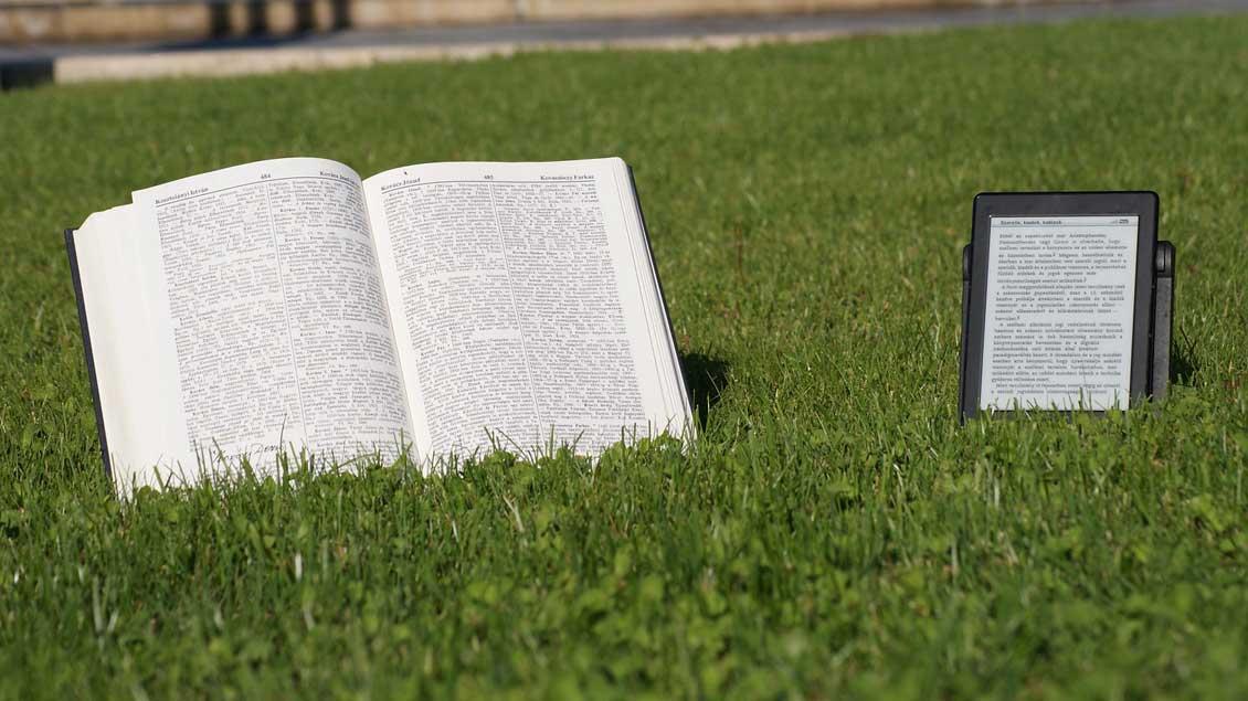 Buch und E-Reader.
