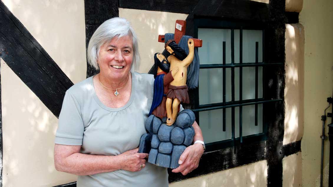 Barbara Kruhöffer mit einem ihrer Lieblingssammelstücke aus Polen.