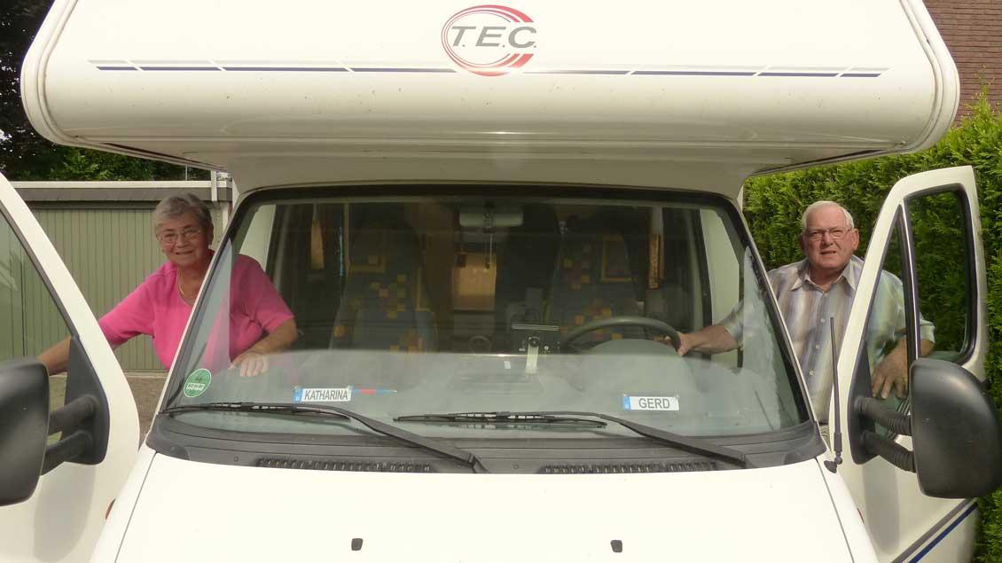 Käthe und Gerd Völlings besteigen ihren Fiat TEC, mit dem sie schon einige Pilgerreisen unternommen haben. Diesmal geht es zur Arnold-Janssen-Reisemobilwallfahrt nach Goch, die in diesem Jahr zum zehnten Mal veranstaltet wird.
