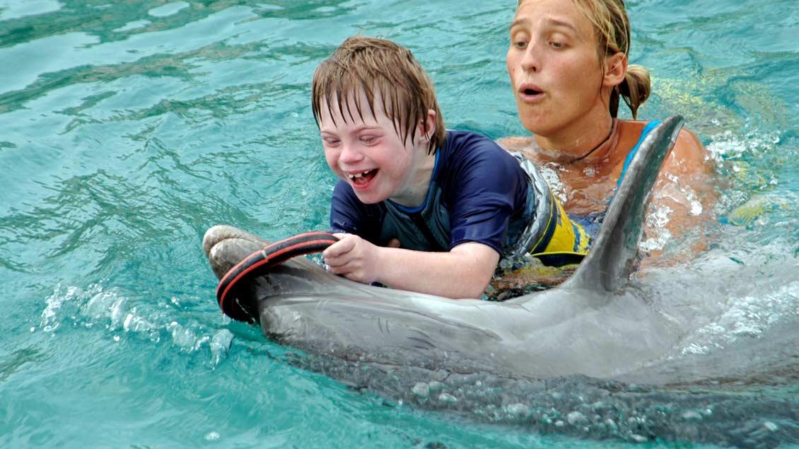 Der Junge, der sterben sollte: Tim als Zehnjähriger bei einer Delfin-Therapie. Das Spiel mit den Tieren tut dem schwerstbehinderten Jugend sichtlich gut.