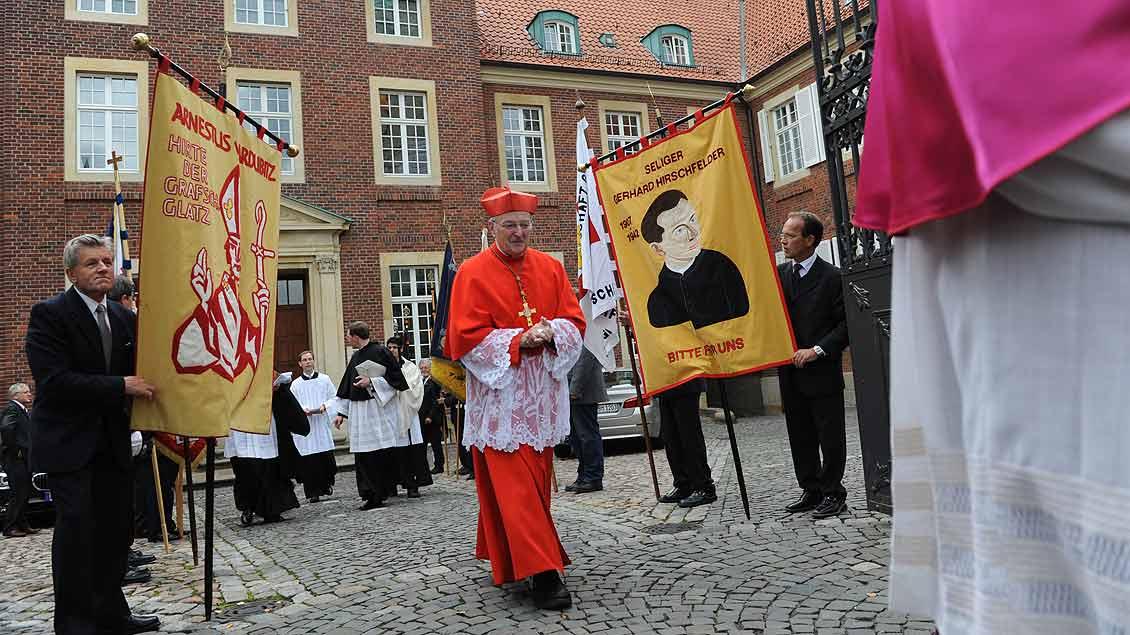 Vor dem Bischofshaus in Münster bei der Seligsprechung von Kaplan Gerhard Hirschfelder im münsterschen St.-Paulus-Dom im Jahr 2010. | Foto: Michael Bönte