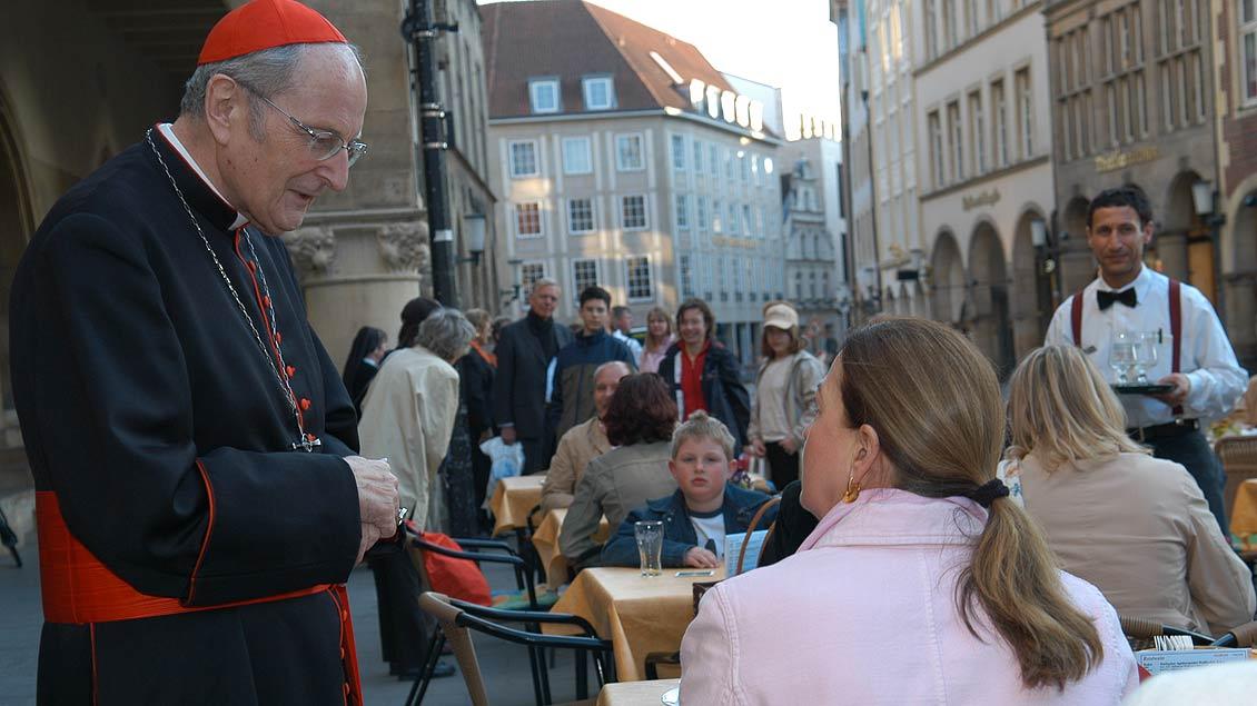 Im Gespräch mit Passanten vor dem münsterschen Rathauses beim Empfang anlässlich des 25-jährigen Bischofsjubiläums von Reinhard Lettmann im Jahr 2005. | Foto: Michael Bönte