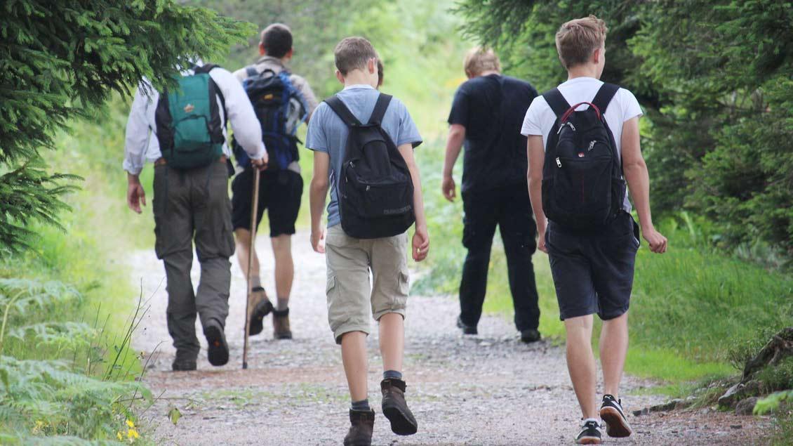 Gemeinsam machen sich katholische und evangelische Jugendliche auf den Weg von Osnabrück nach Münster. Foto: Katrin Kuhn
