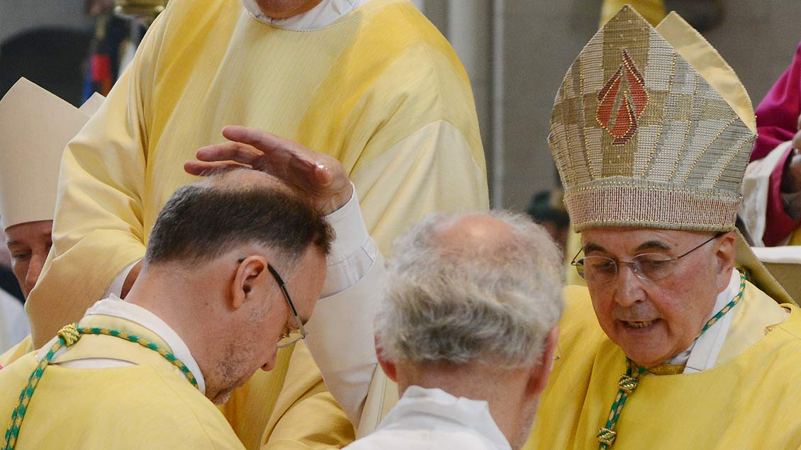 Teil der Weihe: Bischof Felix Genn salbt die Stirn von Weihbischof Rolf Lohmann. | FotoL Michael Bönte