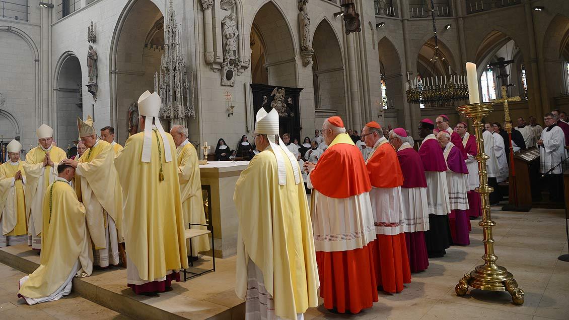 Die anwesenden Bischöfe treten zur Weihe Lohmanns an den Altar. | Foto: Michael Bönte