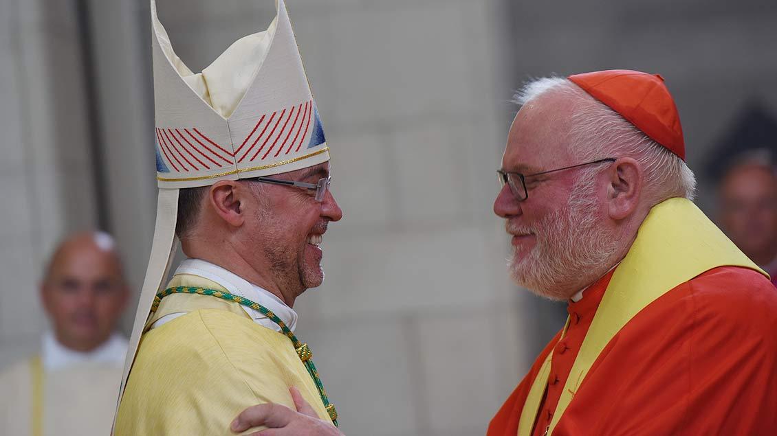 Herzliche Gratulation von Kardinal Reinhard Marx für den neuen Weihbischof Rolf Lohmann. | Foto: Michael Bönte
