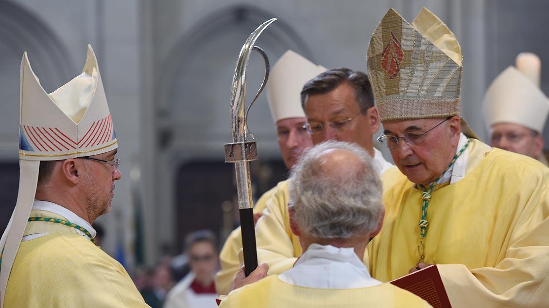 Bischof Felix Genn (rechts) überreicht Weihbischof Rolf Lohmann dessen Bischofsstab. | Foto: Michael Bönte
