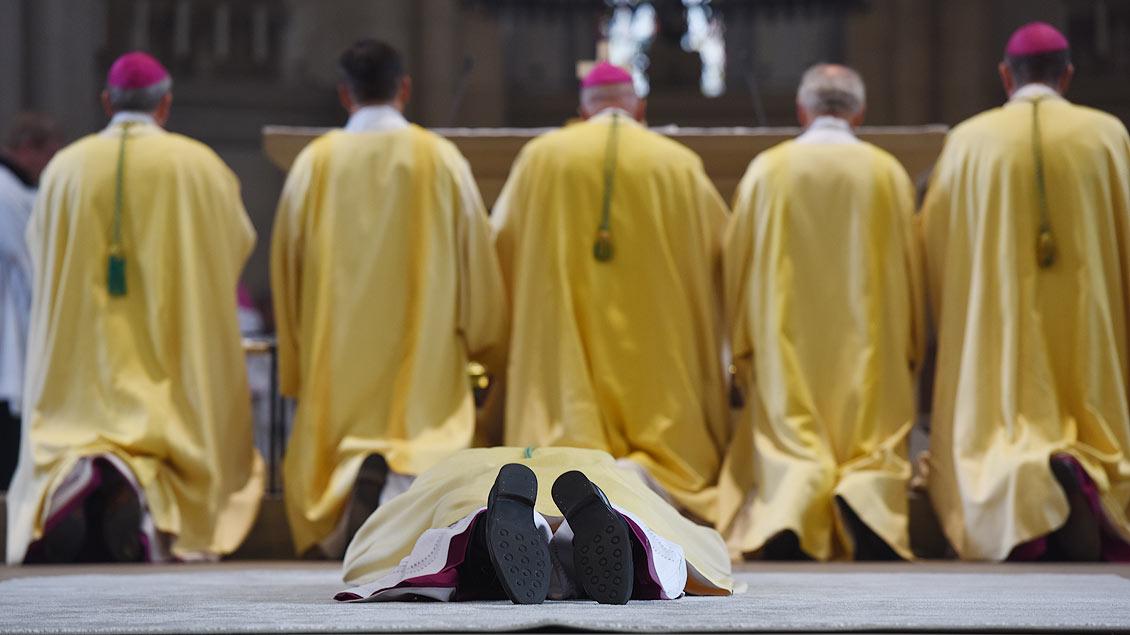 Allerheiligen-Litanei: Weihbischof Rolf Lohmann hat sich dazu auf den Boden vor dem Altar gelegt. | Foto: Michael Bönte