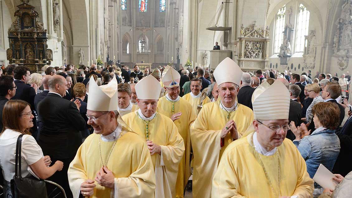 Der neue Weihbischof Rolf Lohmann zieht aus dem St.-Paulis-Dom aus. | Foto: Michael Bönte