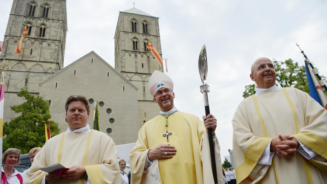 Kurze Pause des neuen Weihbischofs unter den Türmen des St.-Paulus-Doms. | Foto: Michael Bönte
