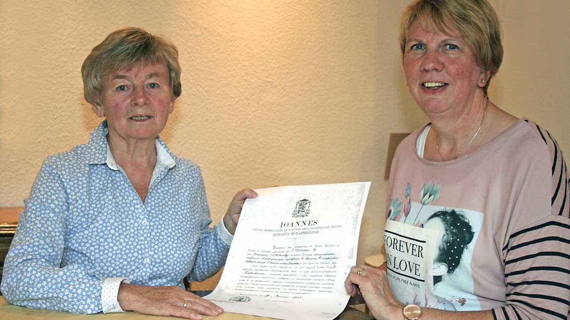 Agnes Oevermann (rechts) und Elisabeth Ruholl, mit der Gründungsurkunde der Dammer Frauengemeinschaft.