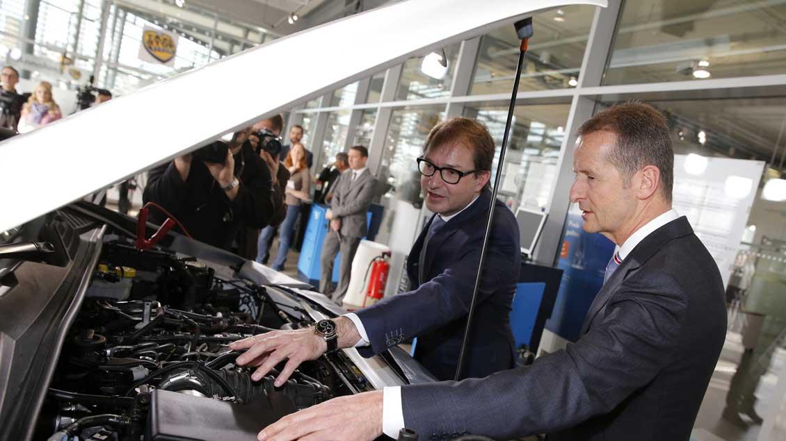 Bundesverkehrsminister Alexander Dobrindt (CSU, links) und Herbert Diess, Markenchef von Volkswagen, vor einem VW-Dieselmotor.