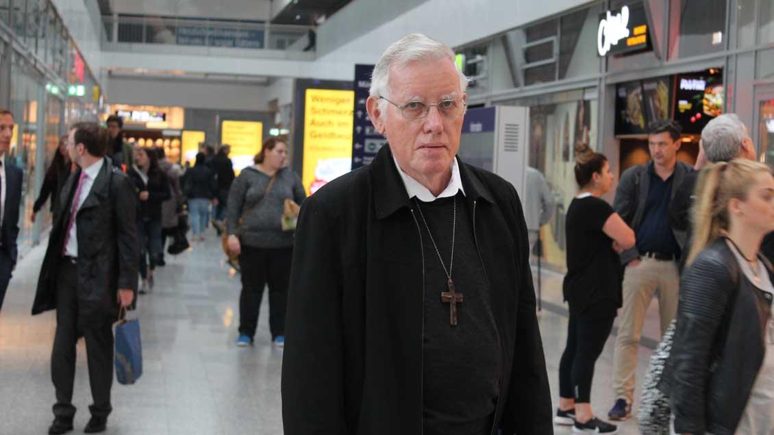 Bischof Lucio Alfert auf dem Hauptbahnhof in Münster.