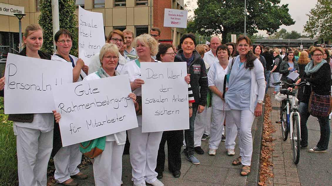 Pflegekräfte der Caritas demonstrieren 2014 in Vechta, als für ihre Berufsgruppe keine höheren Löhne gezahlt werden sollten.