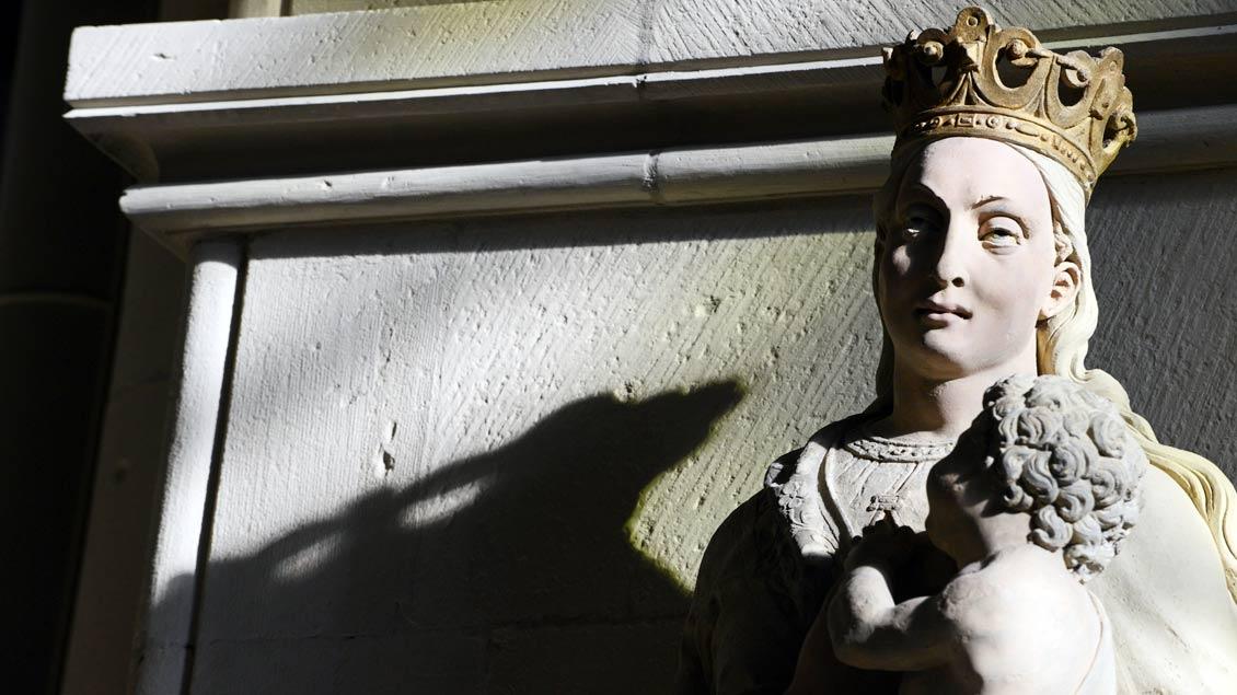 Marienfigur am rechten Vierungspfeiler des St.-Paulus-Doms in Münster.