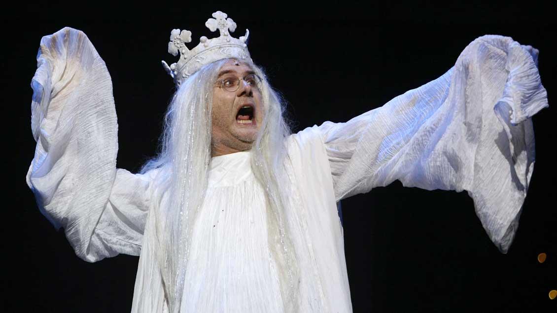 """Harald Schmidt 2008 als """"Geist des alten Königs"""" in einer Probe für das Musical """"Der Prinz von Dänemark"""" – dem Shakespeare-Stück """"Hamlet"""" nachempfunden. Foto: Reuters"""