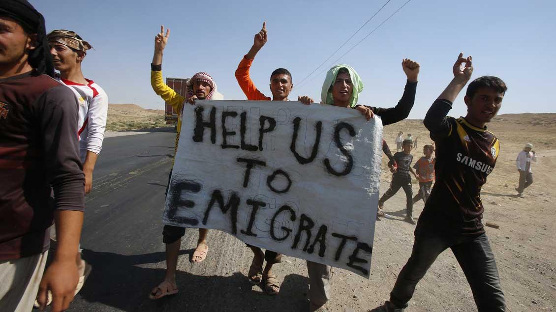 Jesidische Flüchtlinge demonstrieren 2014 an der irakisch-syrischen Grenze.