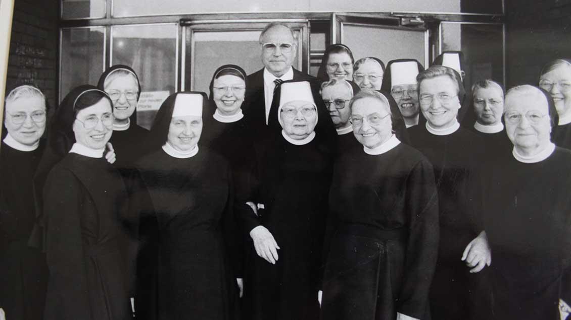 1989 besuchte der damalige Bundeskanzler Helmut Kohl den Konvent der Mauritzer Franziskanerinnen am St.-Sixtus-Hopital in Haltern, um sich bei den Schwestern zu bedanken.