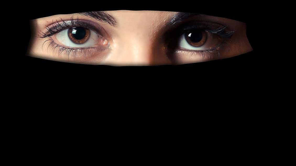 Eine Frau trägt einen Niqab.