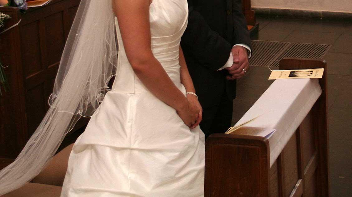Ein Paar bei einer katholischen Trauung.