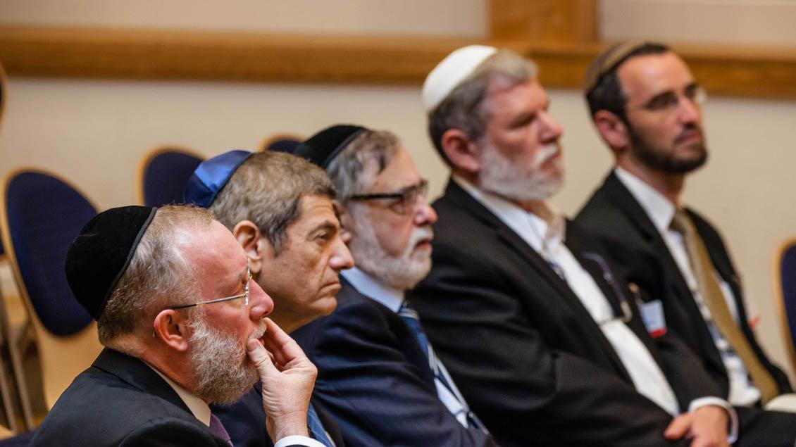 Vor der Abschlussveranstaltung trafen sich die einzelnen Religionen zum Gebet - hier die Juden.  | Foto: Christof Haverkamp