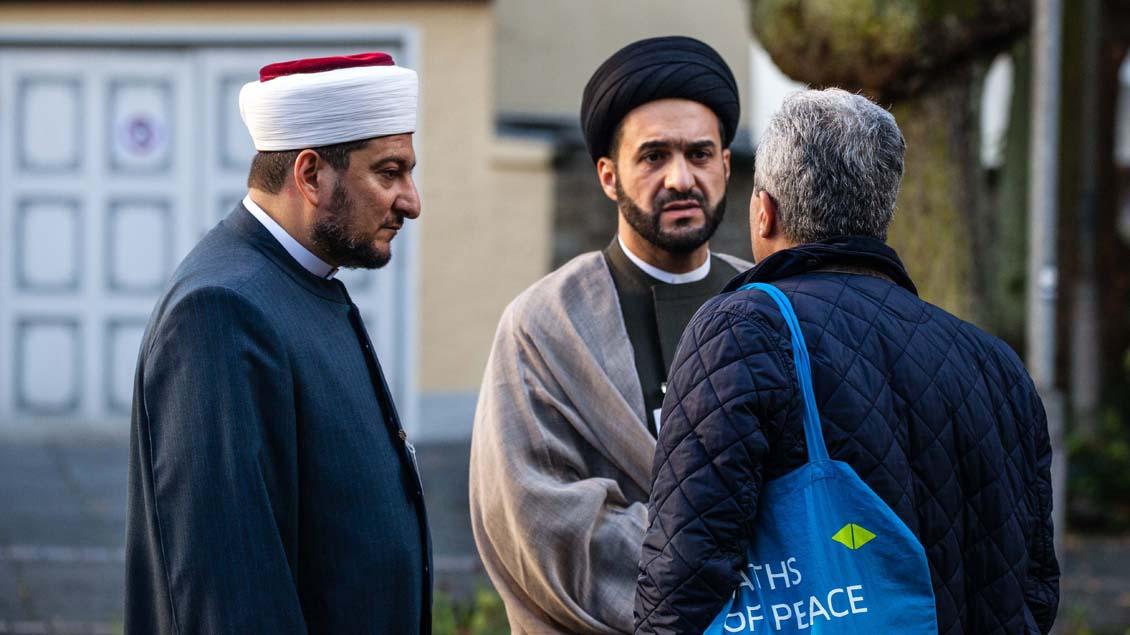 Vor der Abschlussveranstaltung trafen sich die einzelnen Religionen - hier die Muslime.  | Foto: Christof Haverkamp