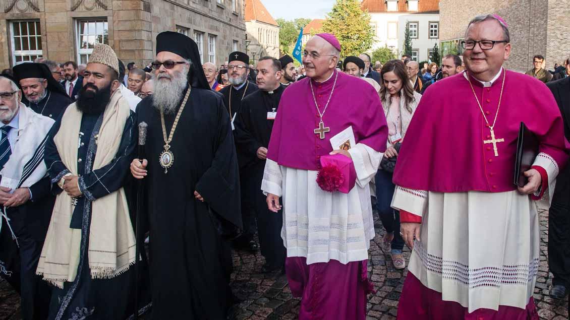 In einer Prozession ging es zum Marktplatz, angeführt von den Bischöfen Felix Genn und Franz Josef Bode (ganz rechts).  | Foto: Christof Haverkamp