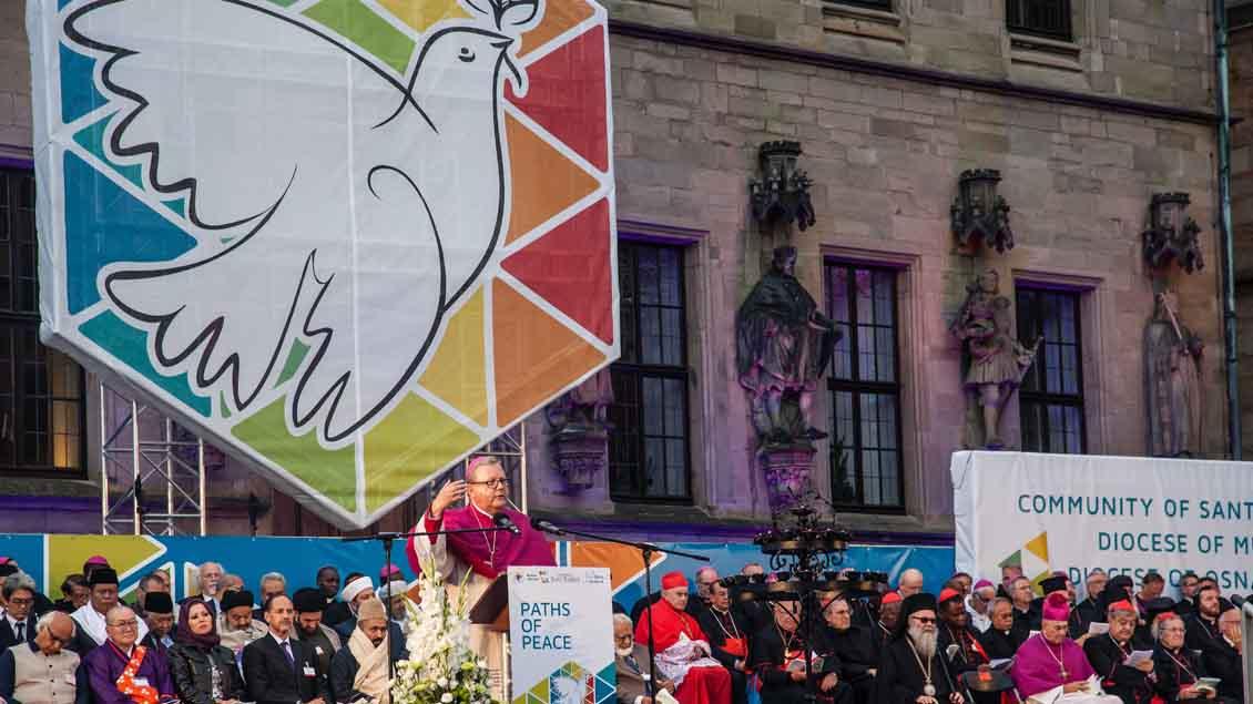 Auf der Abschlusskundgebung vor dem Rathaus sprach der Osnabrücker Bischof Franz Josef Bode ein Grußwort.  | Foto: Christof Haverkamp