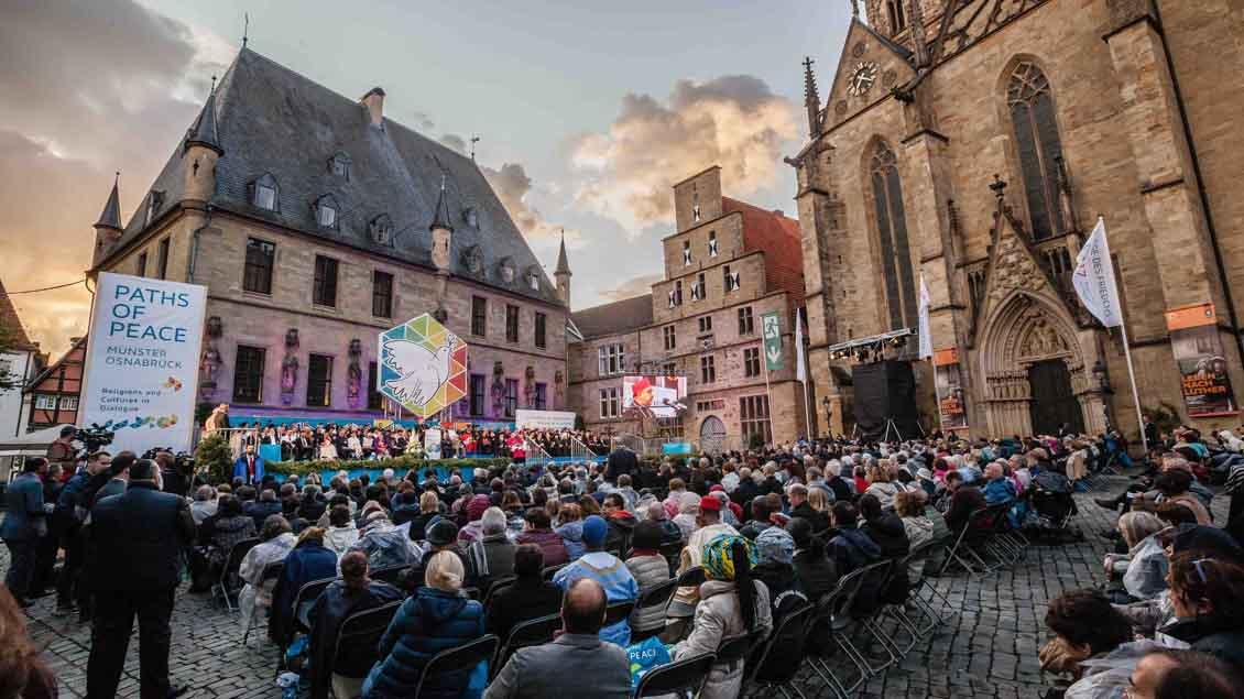 Vor dem historischen Rathaus in Osnabrück endete das Weltfriedenstreffen | Foto: Christof Haverkamp