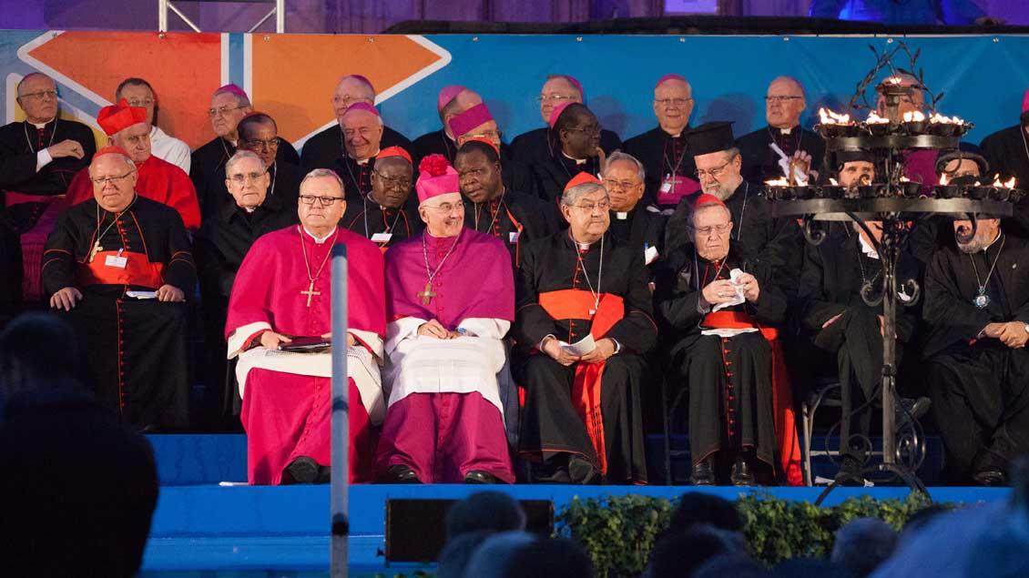 Zahlreiche Bischöfe nahmen an der Abschlusskundgebung teil. | Foto: Christof Haverkamp