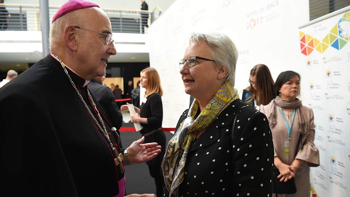 Bischof Felix Genn im Gespräch mit der ehemaligen Bundesministerin für Bildung und Forschung, Annette Schavan. | Foto: Michael Bönte