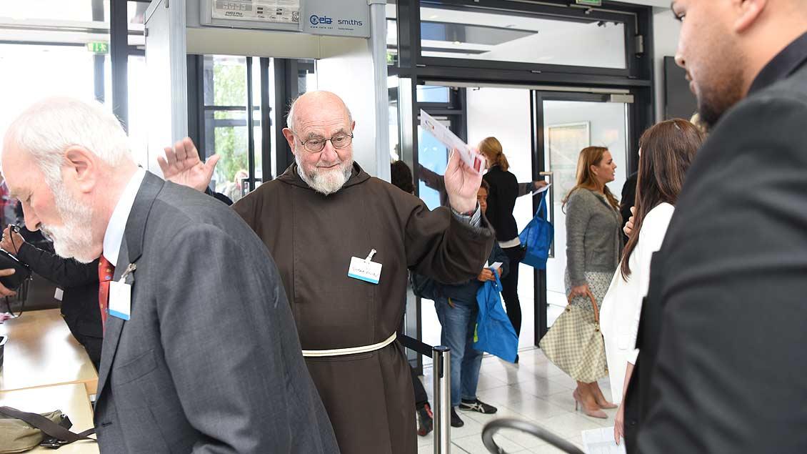 Strenge Sicherheitsvorkehrungen: Ein Ordensmann bei der Kontrolle am Eingang der Halle Münsterland. | Foto: Michael Bönte