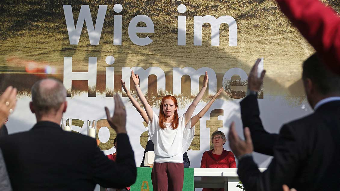 """Viele machten mit beim liturgischen Tanz vor dem Motto """"Wie im Himmel so auf Erden"""" des ökomenischen Festes in Bochum."""