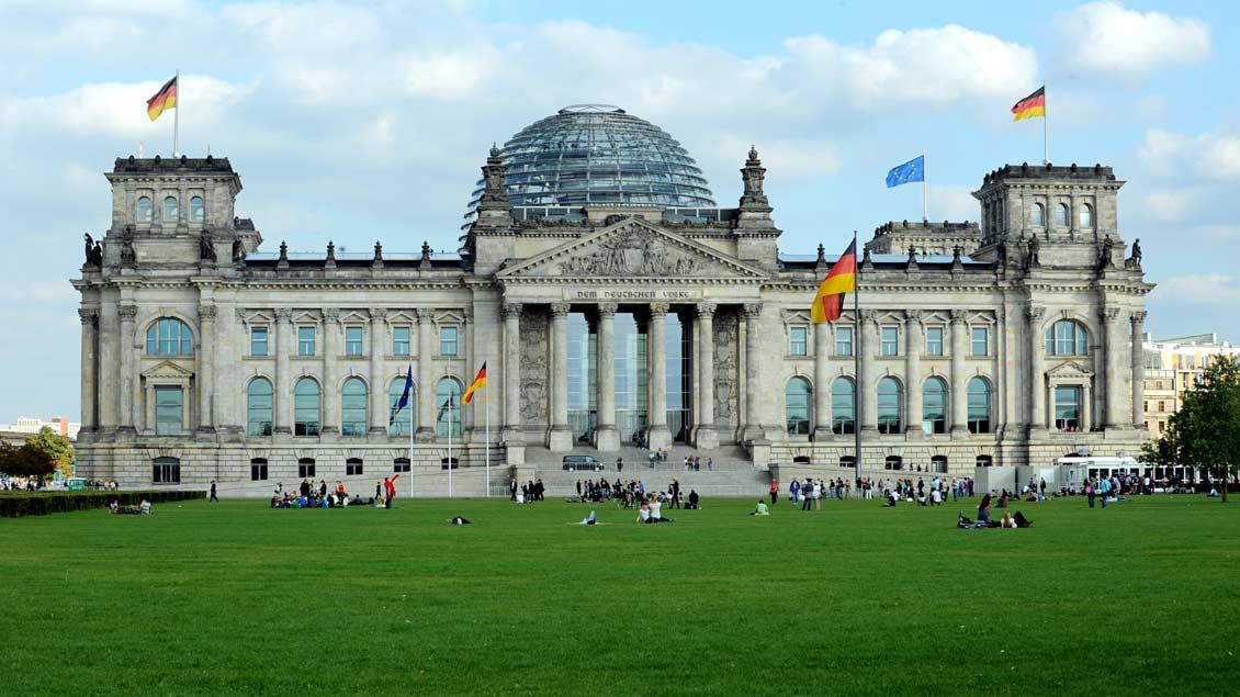 """Das """"Reichstagsgebäude"""" in Berlin, Sitz des Deutschen Bundestags, der am Sonntag neu gewählt wird."""