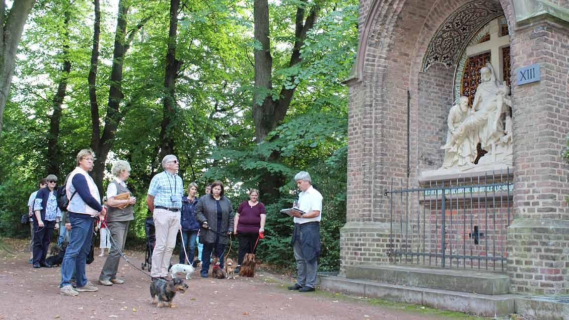 Pastoralreferent Frank Ingendae lädt an den Kreuzwegstationen zu Gebet und Besinnung ein. | Foto: Annette Saal