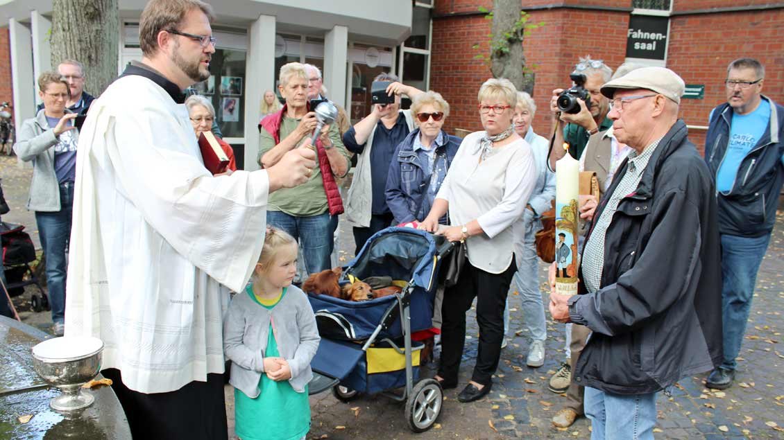 Bastian Rütten segnet die Wallfahrtskerze, gehalten von Hans-Willi Liptow, dem Vorsitzenden des Teckelclubs. | Foto: Annette Saal